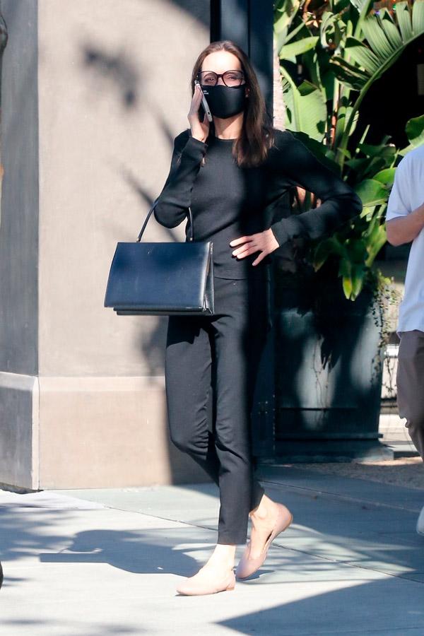 Анджелина Джоли в розовых балетках и джинсах
