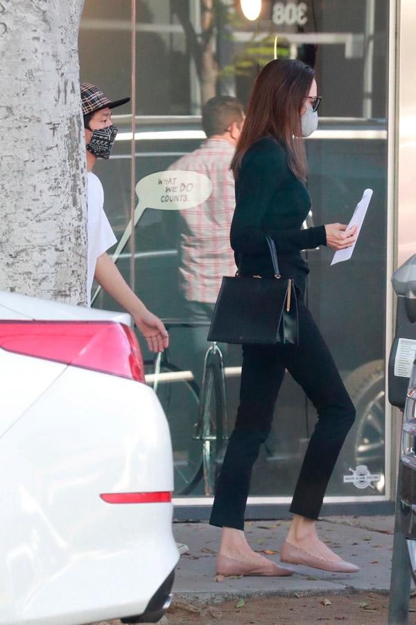 Анджелина Джоли в черном свитере и джинсах