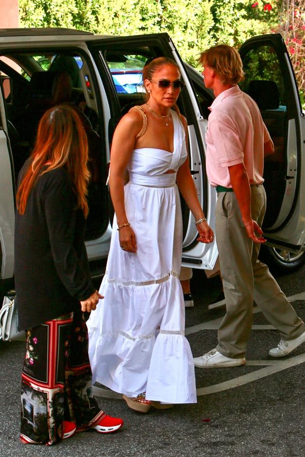 Дженнифер Лопес в платье и босоножках на танкетке