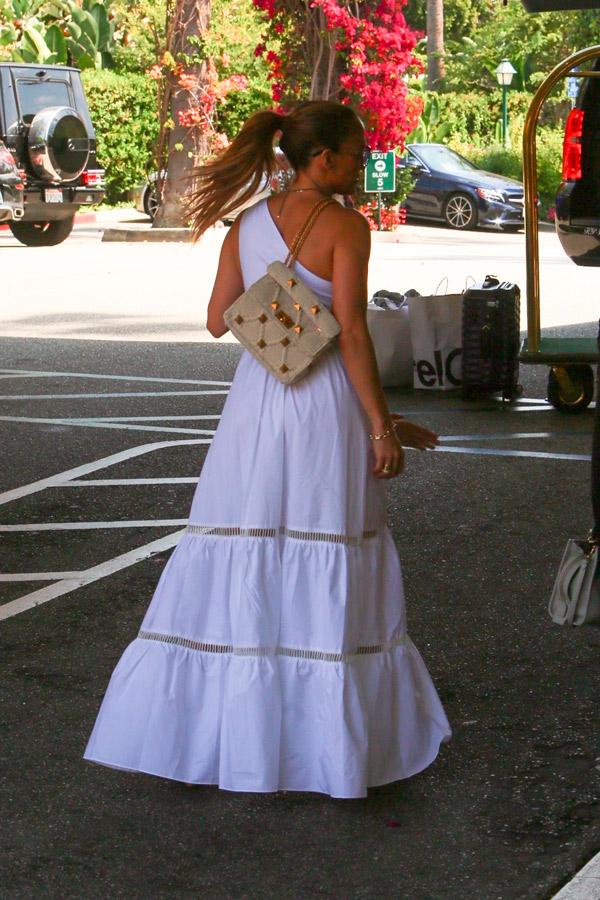 Дженнифер Лопес в белом платье с юбкой колокол