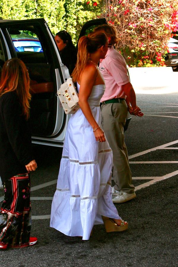 Дженнифер Лопес в платье на одно плечо