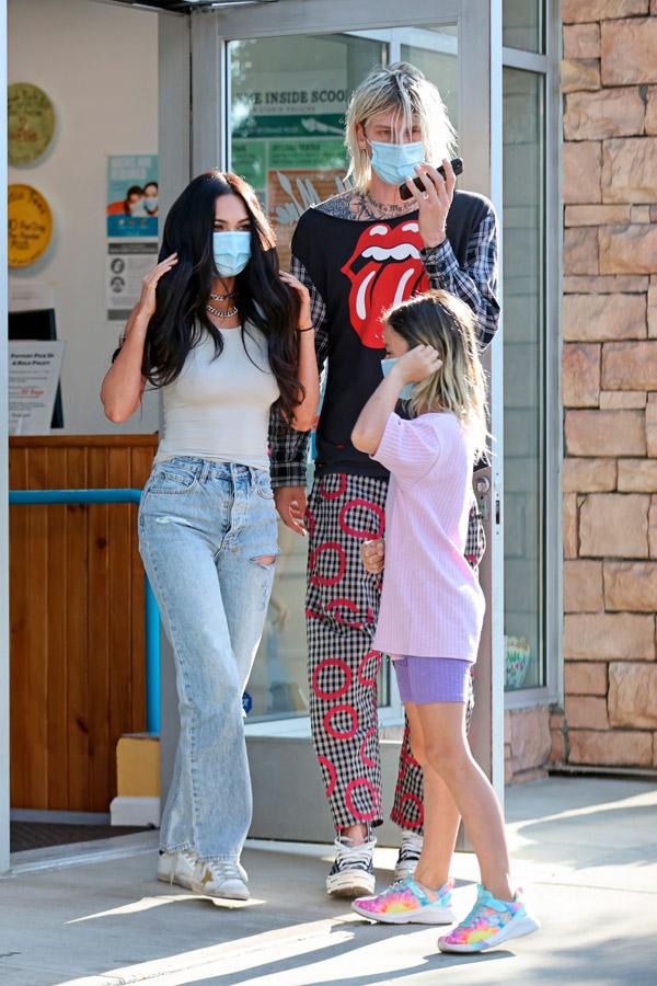 Меган Фокс в потрепанных джинсах