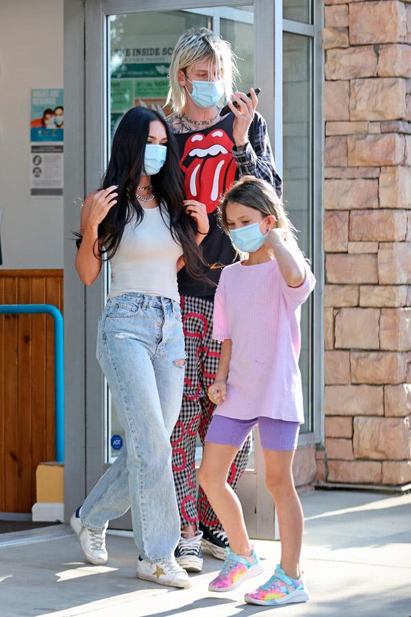 Меган Фокс в потрепанных джинсах и кедах