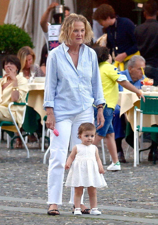 Жена владельца zara в джинсах и рубашке