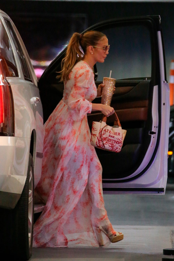 Дженнифер Лопес в длинном платье и на высоченных каблуках