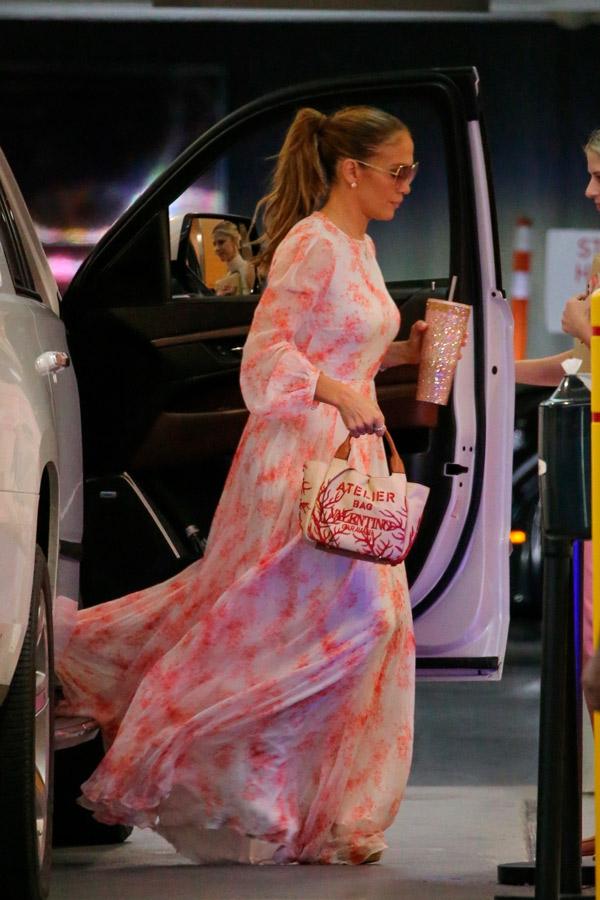 Дженнифер Лопес в длинном платье и с простой прической
