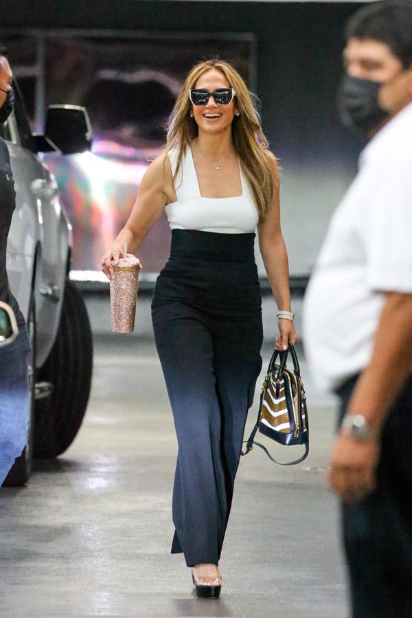Дженнифер Лопес в брюках с высокой талией
