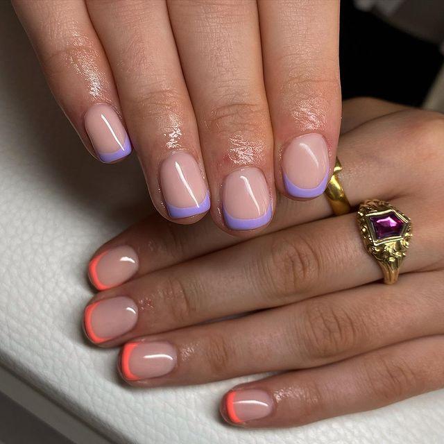 Летний френч в оранжевых и лиловых цветах на коротких ногтях