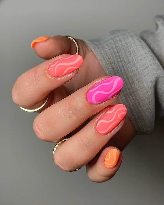 Летний матовый маникюр с волнистыми узорами на овальных ногтях