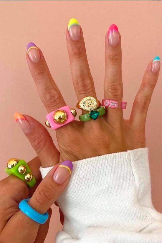 Летний разноцветный френч на овальных ногтях средней длины