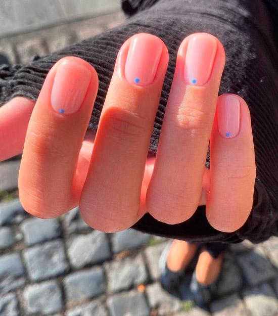 Минималистичный маникюр на коротких нейтральных ногтях