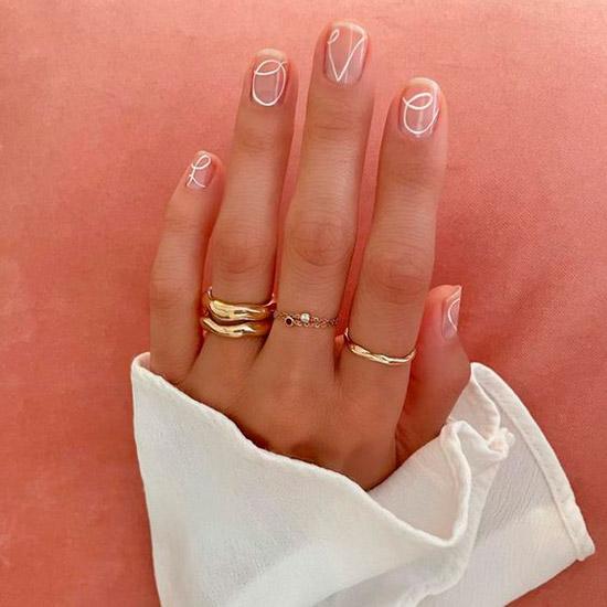 Минималистичный маникюр с белыми линиями на коротких квадратных ногтях