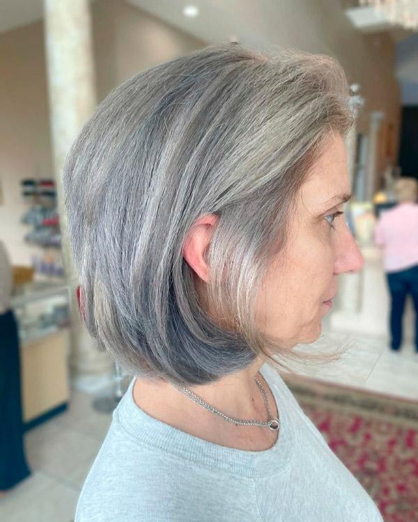 Молодёжная стрижка боб для женщин с седыми волосами