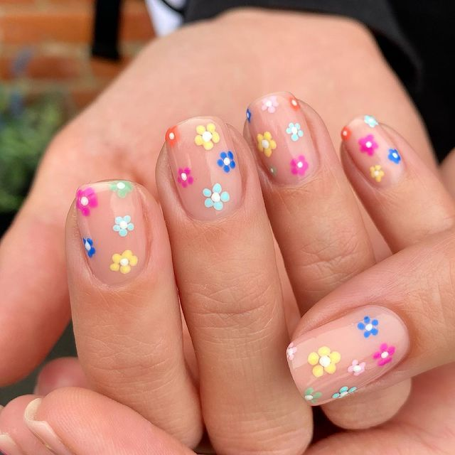 Натуральный маникюр с мелими цветочками на коротких ногтях