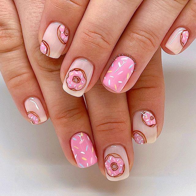 Нежный розовый маникюр с принтом на коротких квадратных ногтях