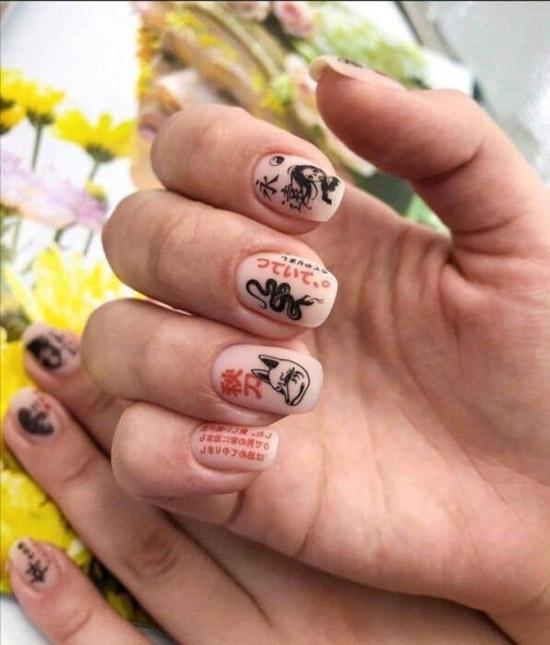 Маникюр с китайскими иероглифами на ногтях средней длины