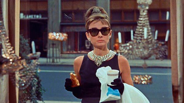 Одри Хепбёрн в черном платье футляр, солнцезащитные очки и жемчужное колье