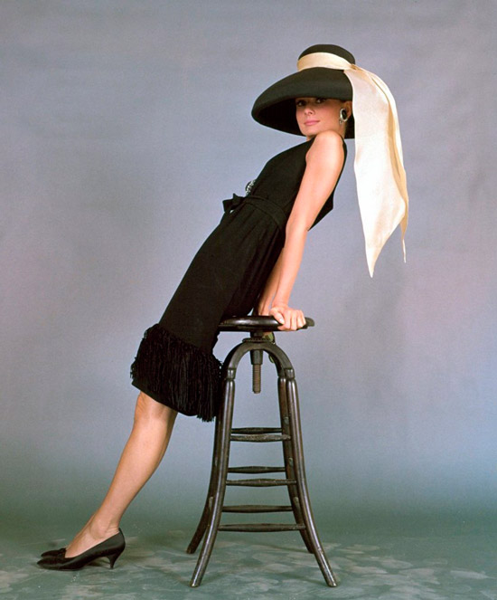 Одри Хепбёрн в черном платье по колено без рукавов, шляпа с бежевой лентой и туфли на низком каблуке