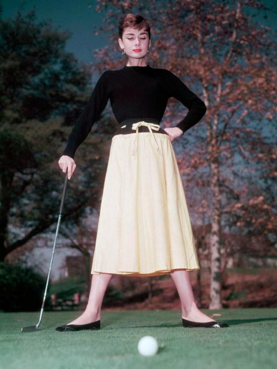 Одри Хепбёрн в черном свитшоте, желтая юбка миди с черным поясом