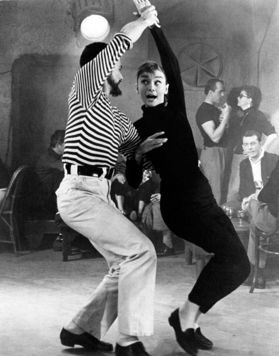 Одри Хепбёрн в черной водолазке, брюки и черные лоферы
