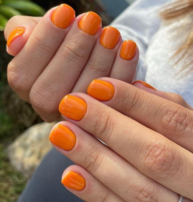 Оранжевый маникюр на коротких квадратных ногтях