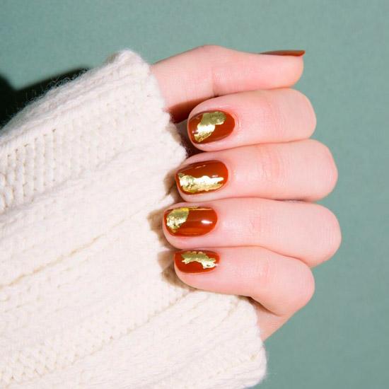 Оранжевый маникюр с золотой фольгой на коротких ногтях