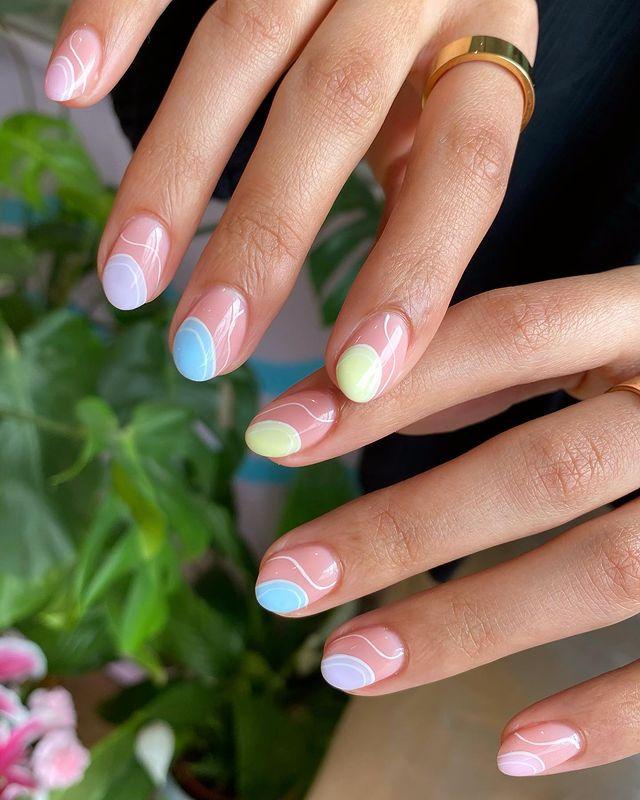 Пастельный абстрактный маникюр на овальных коротких ногтях