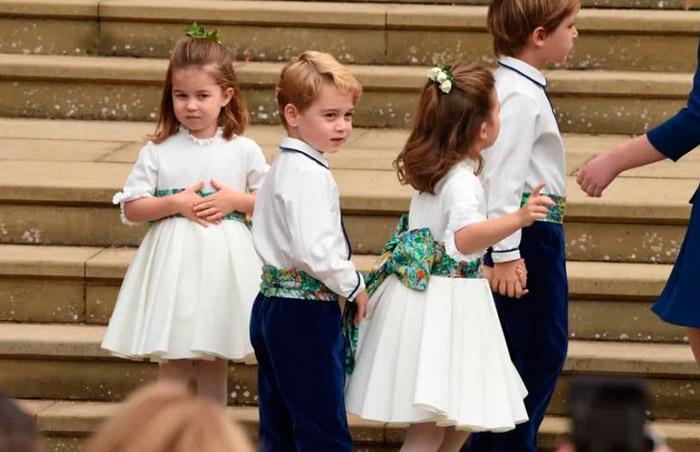 Принц Джордж и принцесса Шарлотта в белом наряде с поясом