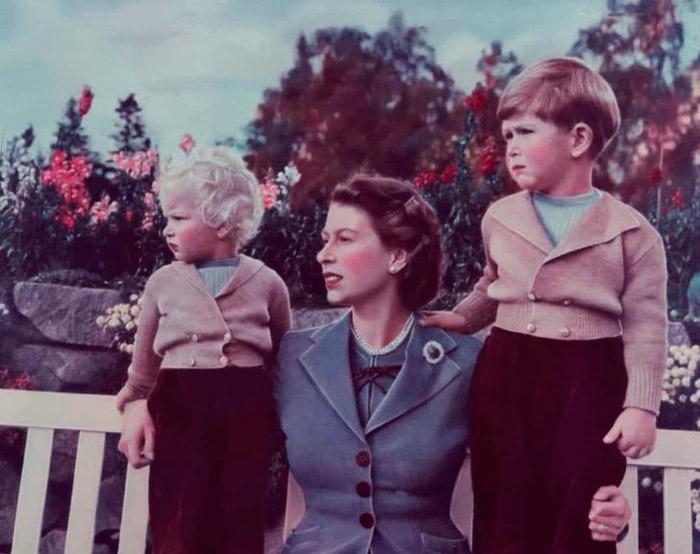 Принцесса Анна и принц Чарльз в черных брюках и бежевый кардиган