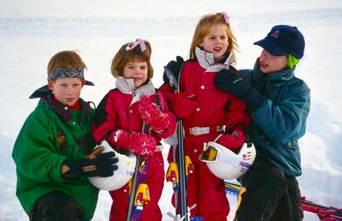 Принцесса Беатрис и принцесса Маргарет в красных горнолыжных костюмах