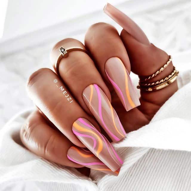 Разноцветные завитки на длинных бежевых ногтях
