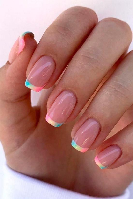 Разноцветный френч на ухоженных квадратных ногтях