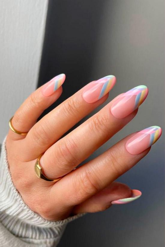Разноцветный френч в пастельных оттенках на длинных овальных ногтях