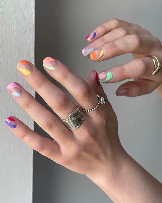 Разноцветный маникюр на коротких квадратных ногтях