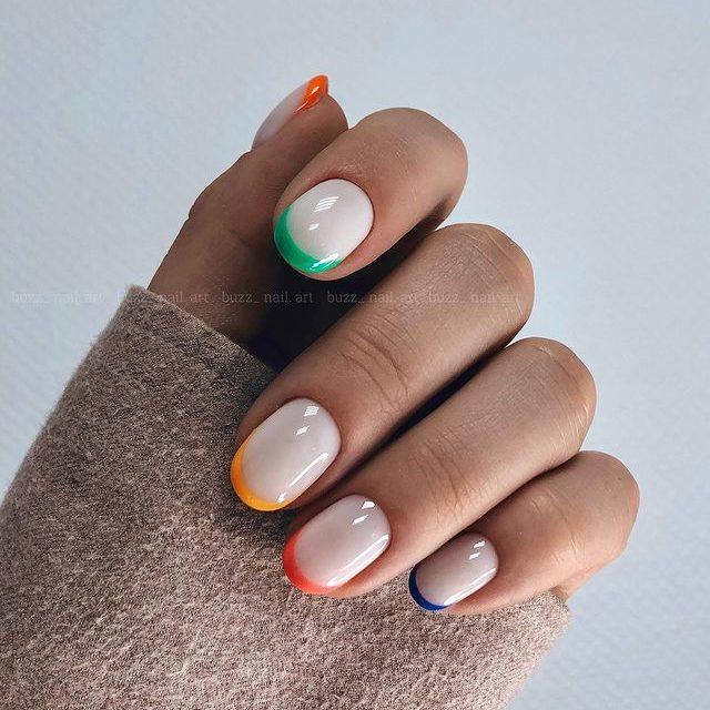 Разноцветный френч на овальных ногтях