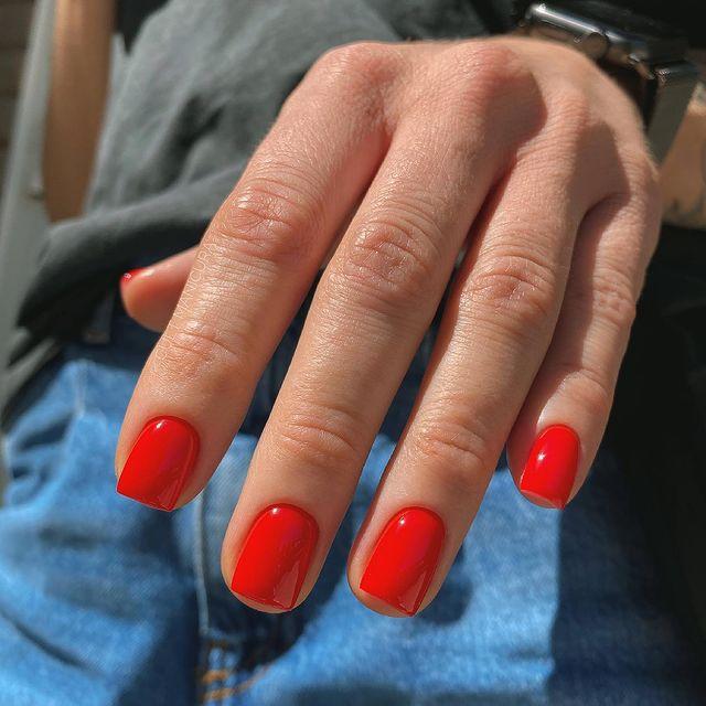 Шикарный красный маникюр на коротких квадратных ногтях