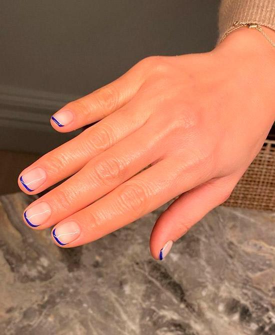 Синий френч на коротких ухоженных ногтях