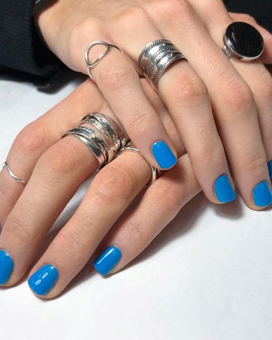 Синий маникюр на коротких натуральных ногтях