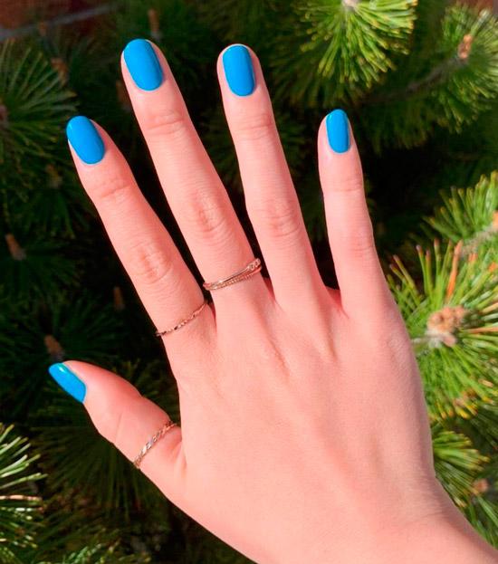 Синий маникюр на овальных коротких ногтях