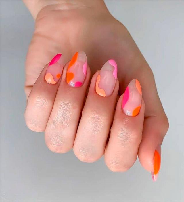 Сочный маникюр на овальных натуральных ногтях средней длины