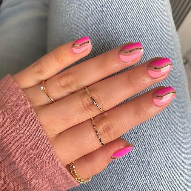 Стильный розовый маникюр с золотой полосой на квадратных ногтях средней длины