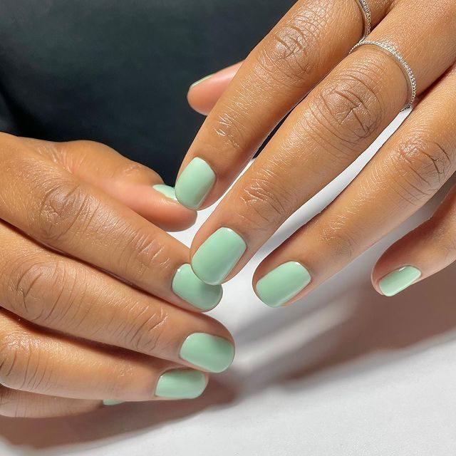 Светлые фисташковые ногти