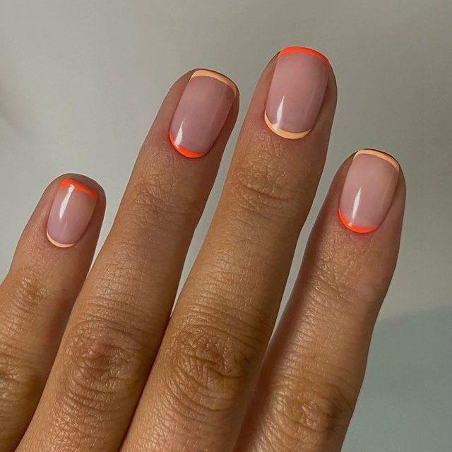 Яркий двойной френч на коротких натуральных ногтях