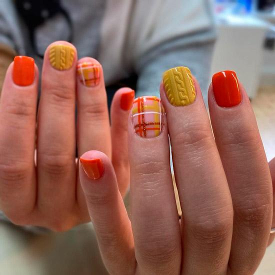 Яркий осенний маникюр с принтом в клетку на коротких квадратных ногтях