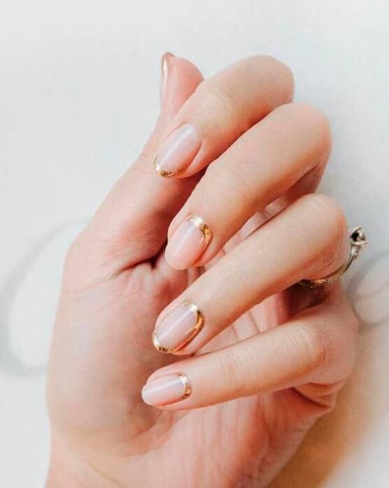 Золотой френч на коротких овальных ногтях