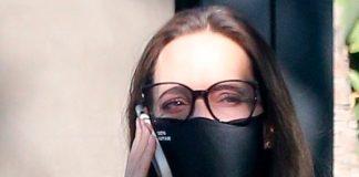 Анджелина Джоли в простом свитере и классических брюках посетила магазин мебели
