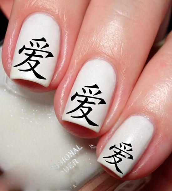 белый маникюр с черными иероглифами на квадратных ногтях средней длины