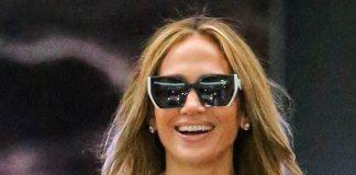 Дженнифер Лопес в брюках с высокой талией сияет мега улыбкой и утверждает, что влюблена