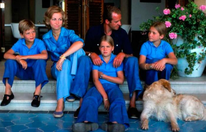 королевские дети в синих футболках поло и джинсах
