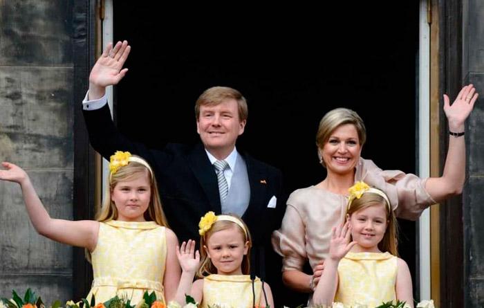 королевские дети в желтых нарядных платьях